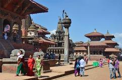 Patan Nepal, Oktober, 09, 2013, Nepaliplats: Turister som går på den forntida Durbar fyrkanten I kan fyrkant som 2015 förstörs de Royaltyfri Foto