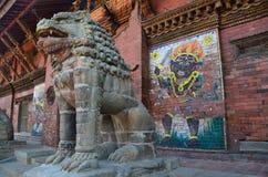 Patan, Nepal, outubro, 26, 2012, cena do Nepali: leão de pedra perto de Royal Palace no quadrado antigo de Durbar fotografia de stock royalty free
