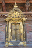 Patan, Nepal, Październik, 09, 2013, Nepalska scena: nikt, Złoty drzwi w pałac królewskim na antycznym Durbar kwadracie W wiośnie Obrazy Royalty Free