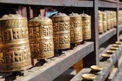 PATAN, NEPAL: Rodas de oração no templo dourado fotos de stock
