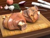 Patas cozinhadas da carne de porco na placa de desbastamento de madeira Foto de Stock