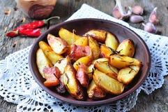 Patata al forno con bacon, rosmarini, olio d'oliva e sale marino Immagine Stock Libera da Diritti