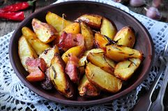 Patata al forno con bacon, rosmarini, olio d'oliva e sale marino Fotografie Stock Libere da Diritti