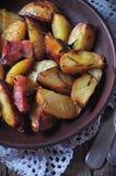 Patata al forno con bacon, rosmarini, olio d'oliva e sale marino Immagini Stock Libere da Diritti
