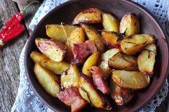 Patata al forno con bacon, rosmarini, olio d'oliva e sale marino Fotografia Stock Libera da Diritti