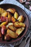 Patata al forno con bacon, rosmarini, olio d'oliva e sale marino Fotografie Stock