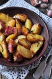 Patata al forno con bacon, rosmarini, olio d'oliva e sale marino Fotografia Stock