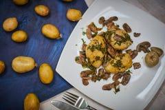 Patata al forno con i funghi fotografia stock