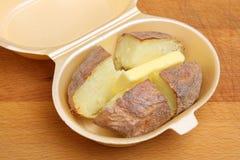 Patata al forno di Jacketor con burro fotografia stock