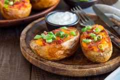 Patata al forno guarnita caricata Baked con cheddar e bacon, contorno immagine stock libera da diritti