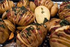 Patata Arrostisce le patate Cottura domestica Teglia da forno in pieno delle patate al forno farcite con sapore delle cipolle e d fotografia stock libera da diritti