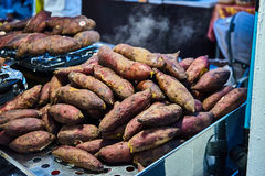 Patata arrostita nel mercato Bangkok Tailandia Fotografia Stock Libera da Diritti