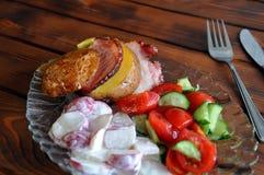 Patata arrostita saporita con bacon e gli ortaggi freschi immagini stock
