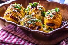 Patata Asa las patatas La cocina casera asa las patatas Bandeja del horno por completo de patatas cocidas rellenas con las ceboll Fotos de archivo libres de regalías