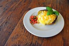 Patata asada a la parrilla cocida con el relleno del queso y del maíz Fotos de archivo libres de regalías