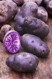 Patata blu-viola di Vitelotte (ajanhuiri Vitelotte del solano x noir Fotografie Stock