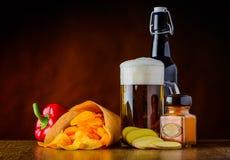 Patata-chip, birra e pepe Fotografie Stock Libere da Diritti