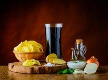 Patata-chip, cola ed immersione Fotografia Stock