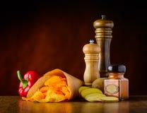 Patata-chip e condimenti Fotografie Stock