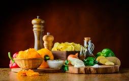 Patata-chip ed ingredienti del pepe Fotografia Stock Libera da Diritti