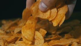 Patata Chips Rotating On Black Background en la cámara lenta almacen de metraje de vídeo