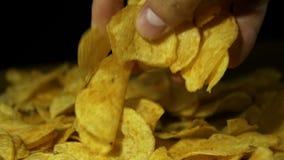 Patata Chips Rotating On Black Background en la cámara lenta metrajes