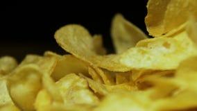 Patata Chips Rotating en fondo negro almacen de video