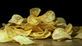 Patata Chips Rotating en fondo negro metrajes