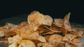 Patata Chips Rotating en fondo negro almacen de metraje de vídeo