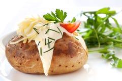 Patata cocida al horno con la ensalada Fotografía de archivo libre de regalías