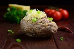 Patata cocida al horno con la ensalada de atún Foto de archivo