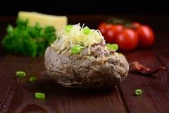 Patata cocida al horno con la ensalada de atún Imagen de archivo libre de regalías