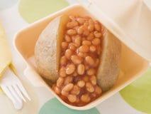 Patata cocida al horno con las habas y el queso cocidos al horno Fotos de archivo