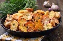 Patata cocida con eneldo en cacerola Foto de archivo libre de regalías