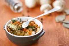 Patata cocida con las setas y el queso Fotos de archivo