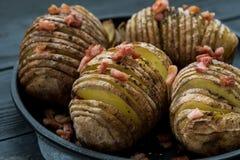 Patata cocida con tocino y especias en sartén Fotografía de archivo libre de regalías