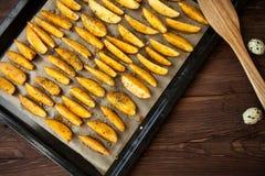 Patata cocida en la placa en la tabla Imagenes de archivo