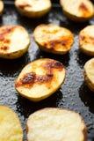 Patata cocida en una placa negra Imagen de archivo libre de regalías