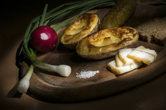 Patata cocida, manteca de cerdo salada y cebolla, cepillo de la luz Fotos de archivo
