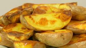 Patata cortada cocida apetitosa, primer metrajes