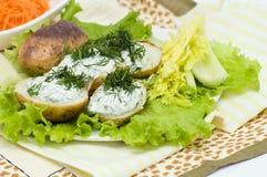 Patata cotta con crema acida ed aglio fotografie stock libere da diritti