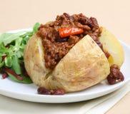 Patata cotta con i peperoncini rossi Fotografie Stock Libere da Diritti