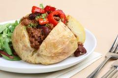 Patata cotta con i peperoncini rossi Immagini Stock Libere da Diritti