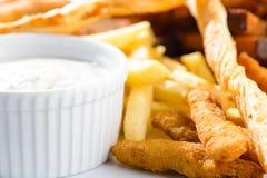 Patata, cuscurrones y salsa fritos deliciosos en una placa blanca en d foto de archivo libre de regalías