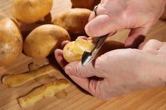 Patata de la peladura Imagen de archivo libre de regalías