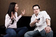 Patata de sofá y esposa enojada Imagen de archivo
