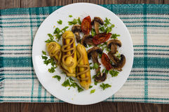 Patata de Zrazy rellena con las setas de la carne y los tomates asados a la parrilla en una placa blanca Fondo de madera Visión s Fotos de archivo