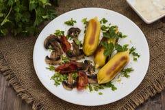 Patata de Zrazy rellena con las setas de la carne y los tomates asados a la parrilla en una placa blanca Fondo de madera Visión s Imagenes de archivo