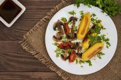 Patata de Zrazy rellena con las setas de la carne y los tomates asados a la parrilla en una placa blanca Fondo de madera Visión s Fotos de archivo libres de regalías