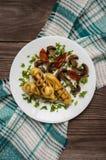 Patata de Zrazy rellena con las setas de la carne y los tomates asados a la parrilla en una placa blanca Fondo de madera Visión s Imagen de archivo